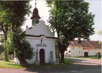 Kaplička.: Kaplička sv. Jana z Nepomuku z roku 1855 na návsi.