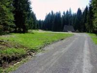 Po leve straně od cesty stávaly dva baráky zajatců a táborová kuchyně.
