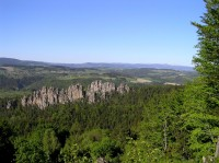 Suché skály a Krkonoše z Masarykovy vyhlídky (květen 2008)
