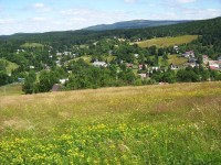Horní část obce v létě: Na obzoru se rýsují Ptačí kupy a Holubník.