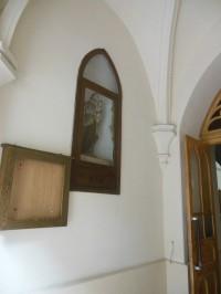 socha vo vstupe do kostola