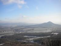 Pohled do kraje od hradu Ostrý směrem na východ. V popředí vrch Lovoš.