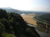 Kalvárie z třemi kříži a řeka Labe. V pozadí vrch Radobýl.