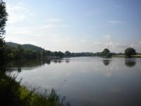 Pohled na řeku Labe z Velkožernoseckého břehu Labe.