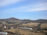 Pohled k Sutomy, vlevo Sutomský vrch, vpravo Holý vrch.