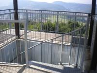 Začátek schodů na horní plošině rozhledny.