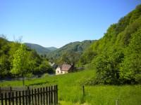 Pohled na Těchlovice ze začátku cesty na hrad.