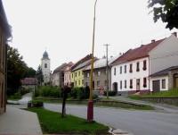 Velká Bystřice-ulice 8.května a farní kostel Stětí Jana Křtitele-Foto:Ulrych Mir.
