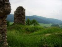 Brníčko-hradní nádvoří a pohled z hradu na jih-Foto:Ulrych Mir.
