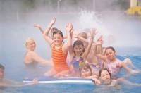 Skupina dětí hrající si ve vodě