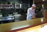 V otevřené kuchyni restaurace Hliněnka dochází k přímé vazbě mezi zákazníkem a kuchařem