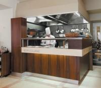 Dlouhý bar doplňuje otevřený gril, který je hlavní dominantou jídelny