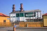 Rajhradskému nádraží dominuje objekt sladovny
