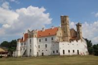 Pohled na břeclavský zámek z parku
