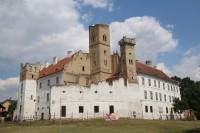 Pohled na břeclavský zámek z parku s dominantní vyhlídkovou věží