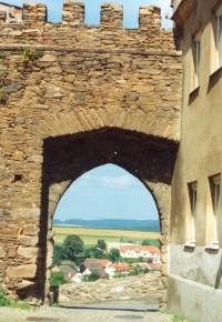Část jemnických hradeb se vstupní branou
