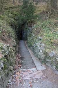 Dolní vchod jeskyně Císařské, dnes vstup do speleoléčebny