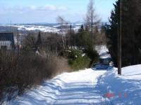 Místní komunikace se v zimě změní na osvětlenou sáňkařskou dráhu.