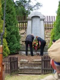 Položení věnce k památníku obětí