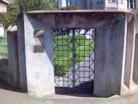 Vstupní brána k vile se zahradou