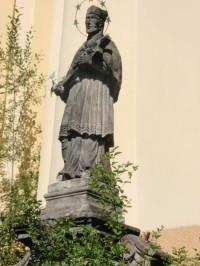 Socha sv. Jana Nepomuckého pře kostelem