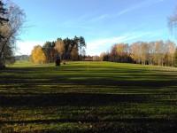 golfové hřiště - vlevo vykukuje věž rozhledny