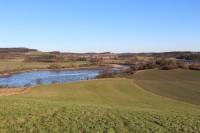 Březina, pohled na Zbynické rybníky v pozadí Čejkovy