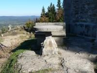 Kamenný stůl u vchodu do Štěpánky