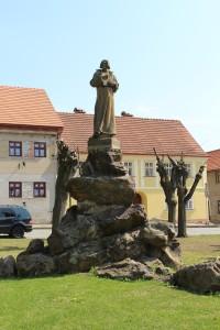 Železnice, socha Mistra Jana Husa na náměstí