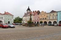 Nové Město nad Metují, Husovo náměstí a kostel