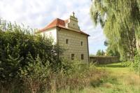 Křepenice, budova u brány
