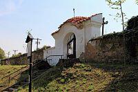 Běšiny, barokní branka ve zdi hřbitova.