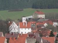 Žichovice zámek v pozadí sýpka