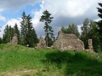 Zřícený kostel a bývalá raketová základna.