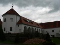 Ujčín, věž a arkády