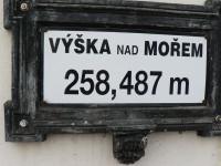 Zámrsk, tabulka s nadm. výškou na nádraží