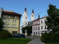 Krnov, pohled na kostel od náměstí