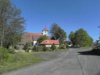 Těchonice, náves s kostelem
