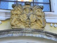 Nicov, erby nad hlavním vchodem