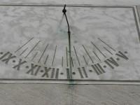 Nicov, sluneční hodiny na zdi kostela