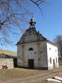 Svatoborskou vrchovinou ke kapli v Roku.