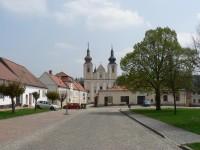 Nová Říše, pohled na klášter z náměstí