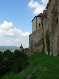Lipnice nad Sázavou, hrad v pozadí zvonice