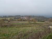 Albrechtice, pohled od kostela k severu za mlhy