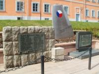 Lomnice nad Popelkou - pamětní deska umučených a památník plk. Truhláře