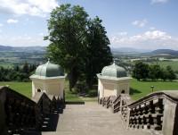 výhled na přístupovou alej ke klášteru