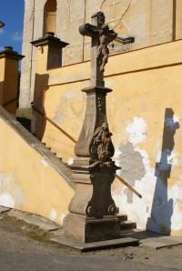 rokokový kříž u kostela