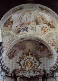 detail Šebestových fresek a vrcholu Schweidelova oltáře