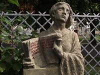 na hřbitově