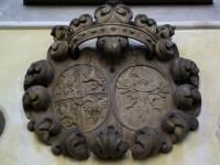 alianční znak pánů z Martinic a Bukůvky na průčelí fary